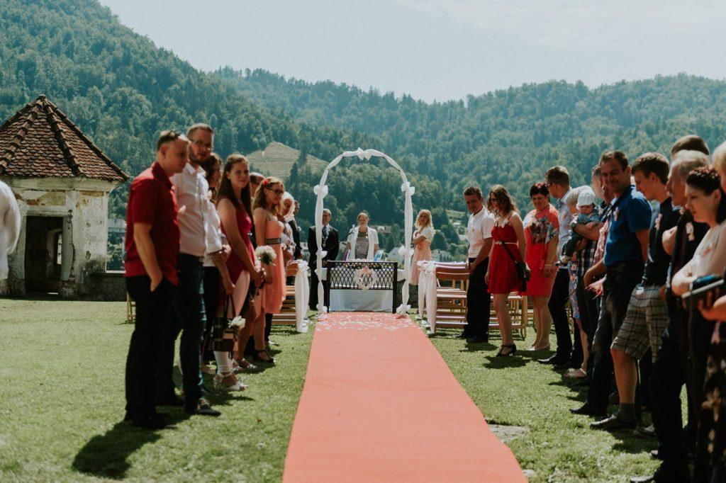 poroka-na-gradu-zaprice-rdeca-preproga